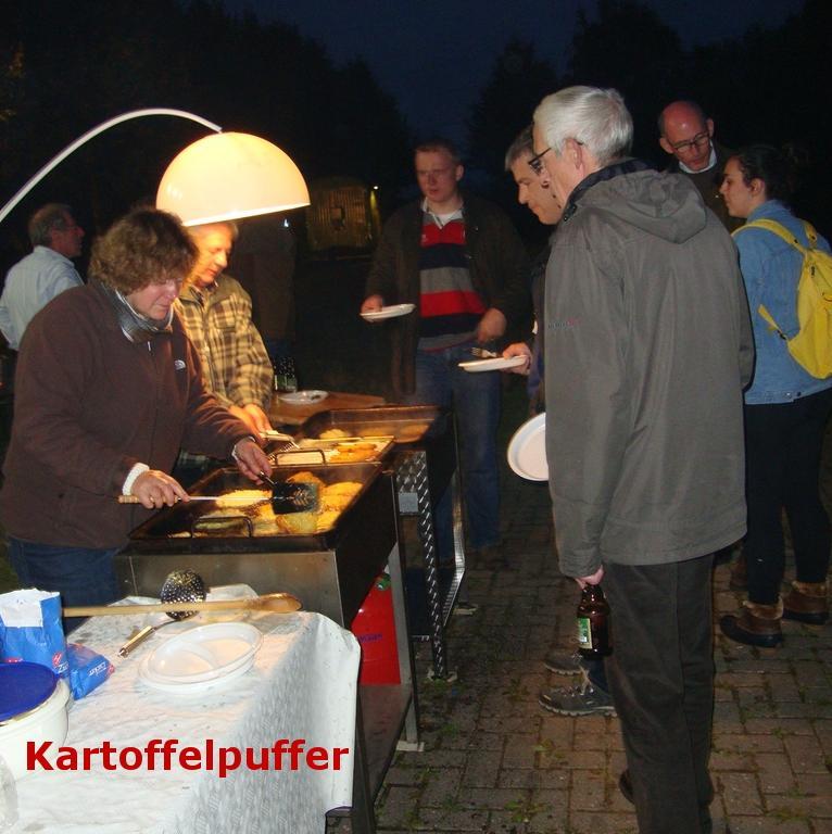 www.gelbesblatt.info Selbstgebackener Kartoffelpuffer war der Renner beim Kartoffelfeuer