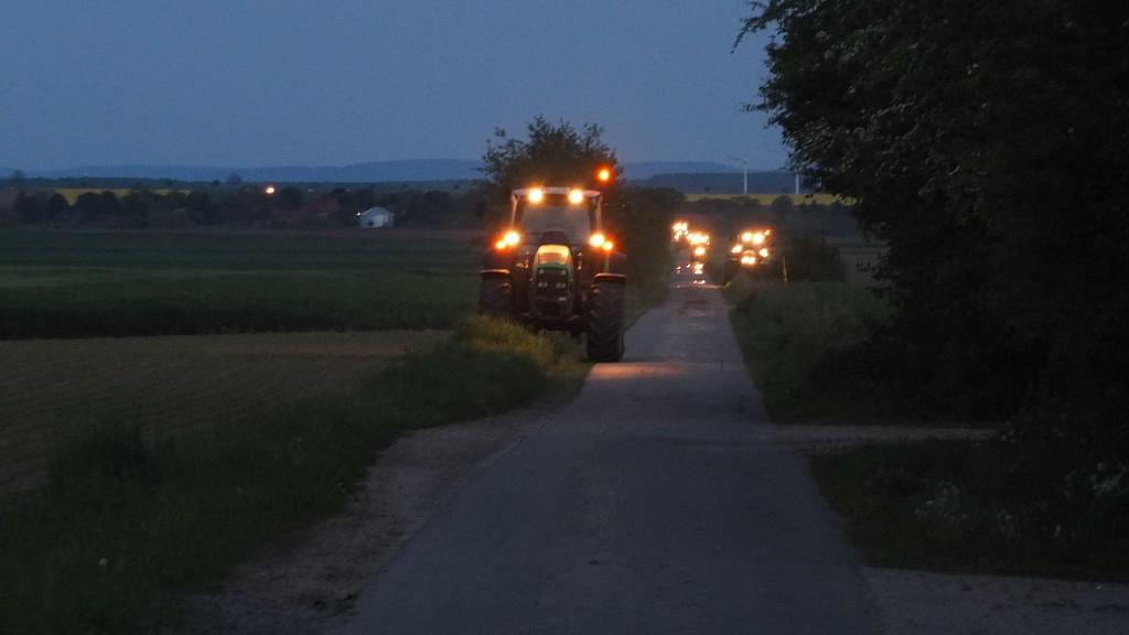 www.gelbesblatt.info Adenstedter Trecker markieren Südlink-Trasse in der Feldmark